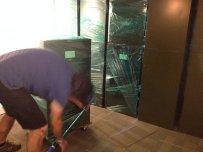 prace remontowe, mężczyzna reomontujący mieszkanie